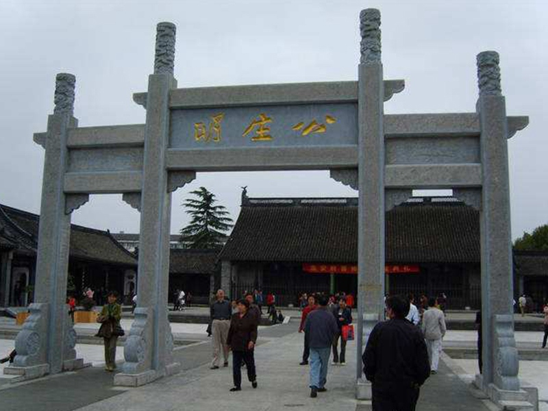在寺廟前為什么建造石雕牌坊